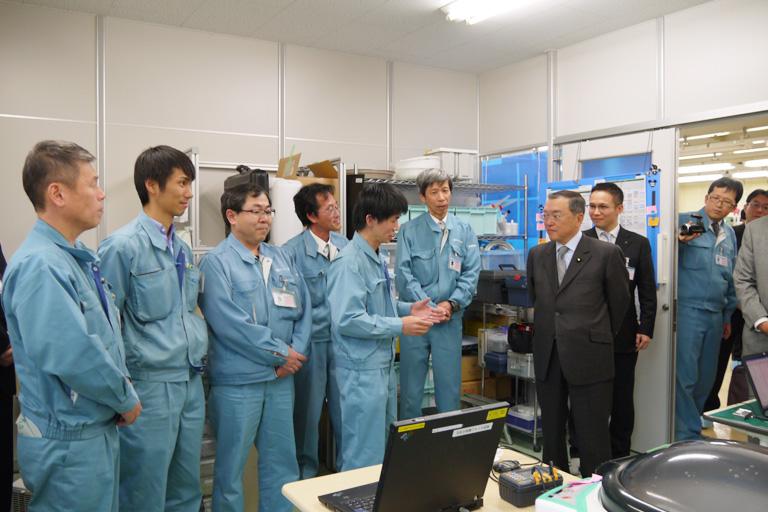 宮沢経済産業大臣が関西セイキ工業を訪問されました